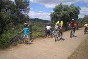 Ciclistas en la via verde de la sierra norte de sevilla