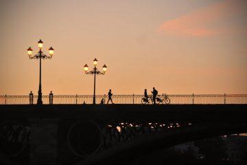 Bicicletas en el puente de triana de Sevilla